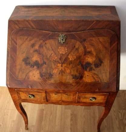 Hochwertiger Louis XV Schreibtisch aus dem 17. Jahrhundert in ausgezeichnetem Zustand